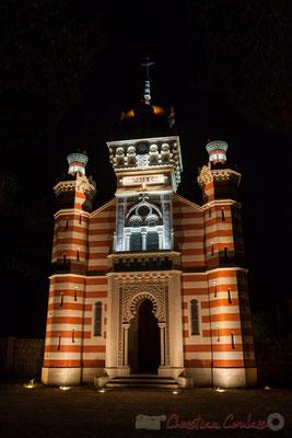 """Chapelle de la Villa Algérienne """"Sainte-Marie-du-Cap"""", Village de l'Herbe, presqu'île du Cap Ferret, Gironde. Extérieur nuit."""