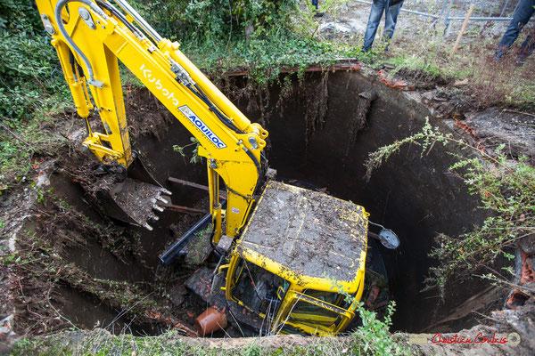 Tractopelle au fond d'une réserve d'eau pluviale. Avenue la Fon de Buc, Cénac. 11/10/2012