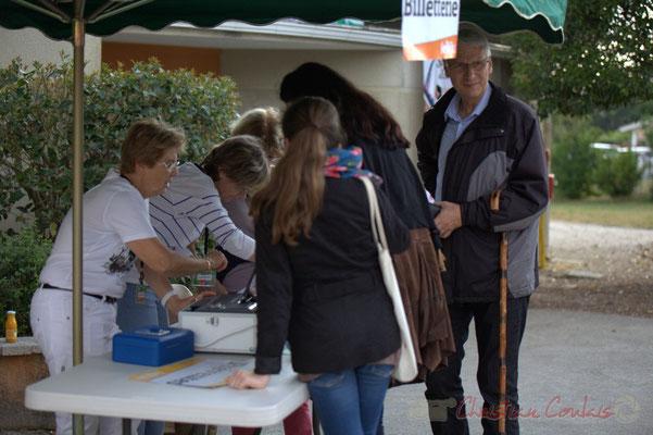 """Une première, les bénévoles utilisent la billetterie """"Festik"""". Festival JAZZ360 2015, Alllées des écoliers, Cénac, 12 juin 2015"""