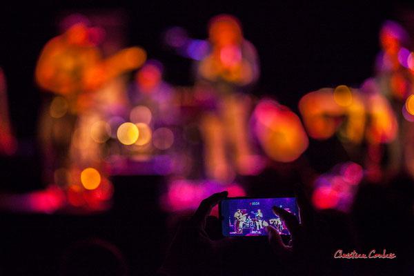 Spectateur captant ce excellent moment. Høst invite Nicolas Gardel. Festival JAZZ360, Cénac. Vendredi 4 juin 2021. Photographie © Christian Coulais