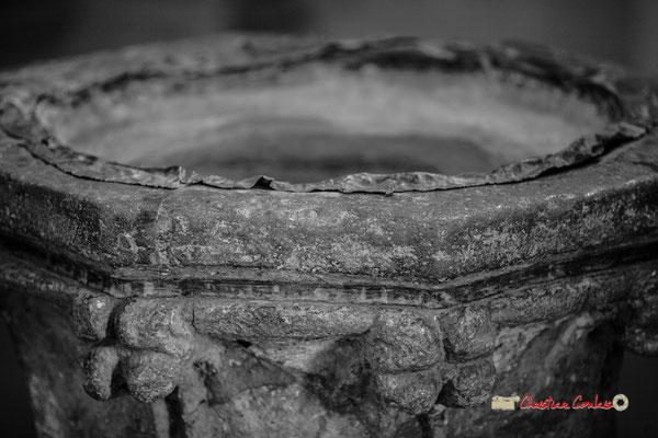 Bénitier de l'église Saint-Sauveur, cité médiévale de Saint-Macaire. 28/09/2019. Photographie © Christian Coulais
