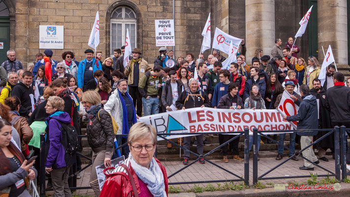 10h11 Sur le parvis de l'Hopital Saint-André, service public, le flot des insoumis se regroupe. Place de la République, Bordeaux. 01/05/2018