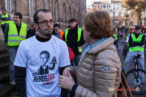 """""""Macron rends l'I.S.F. d'abord"""" Manifestation nationale des gilets jaunes. Place de la République, Bordeaux. Samedi 17 novembre 2018"""