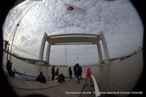 D Premier passage, non inaugural, de la gabarre les Deux Frères sous le pont Jacques Chaban-Delmas. Bordeaux, samedi 16 mars 2013