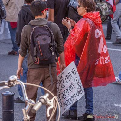 """""""Macron voleur ta place est en p(rison)"""" Dame au poncho % attac. Manifestation intersyndicale de la Fonction publique, place Gambetta, Bordeaux. 10/10/2017"""