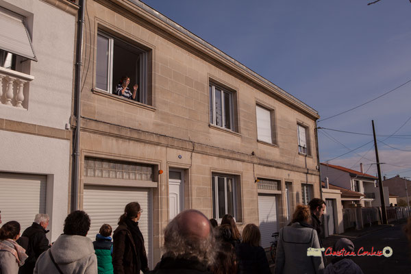 Julie qui passe un coup de fil. Regards en biais, Cie La Hurlante, Hors Jeu / En Jeu, Mérignac. Samedi 24 novembre 2018