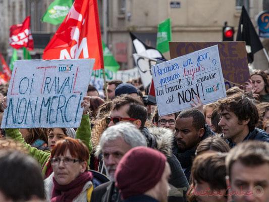 "14h27, ""Loi travail non merci"", ""Précaires un jour, précaires toujours...? Loi travail : la jeunesse dit non !"". Place Gambetta"