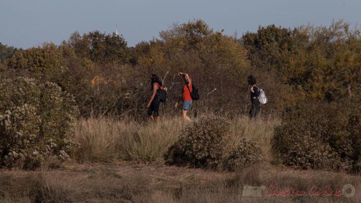 Trois randonneurs sur le sentier du littoral. Domaine de Graveyron, Audenge