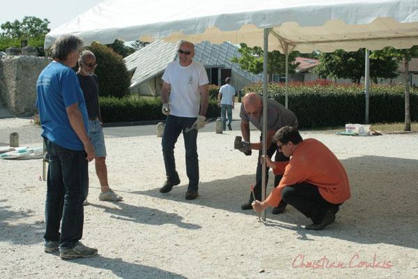 Travail d'équipe. Installation des tentes par les bénévoles. Festival JAZZ360, Les coulisses du Festival à Cénac. 03/06/2011