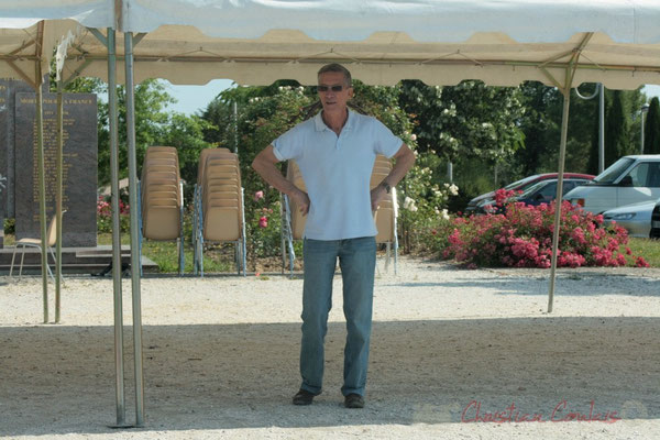 Installation des tentes par les bénévoles (Gérard Pointet). Festival JAZZ360 2011, Les coulisses du Festival à Cénac. 03/06/2011