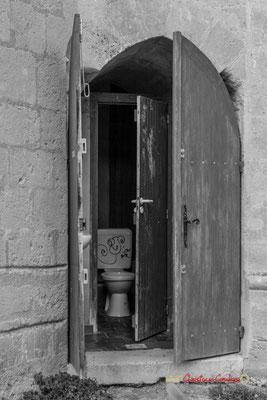 Cabinet d'aisance, église Saint-Sauveur, cité médiévale de Saint-Macaire. 28/09/2019. Photographie © Christian Coulais