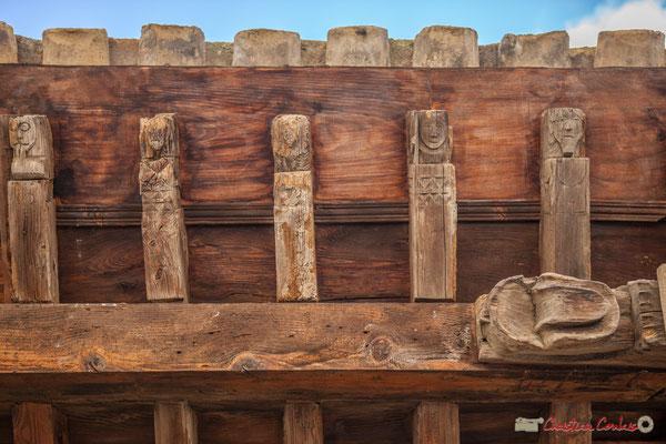 Détails des sculptures sur bois de la charpente du Sanctuaire-Forteresse de Santa María de Ujué, Navarre / Detalles de tallas de madera del marco del Santuario-Fortaleza de Santa María de Ujué, Navarra