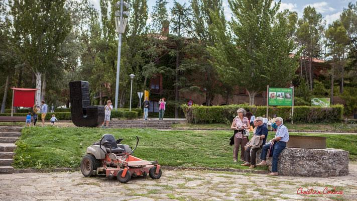 Touristes et croyants en visite au Château féodal de Javier, Navarre / Turistas y creyentes visitando el castillo feudal de Javier, Navarra