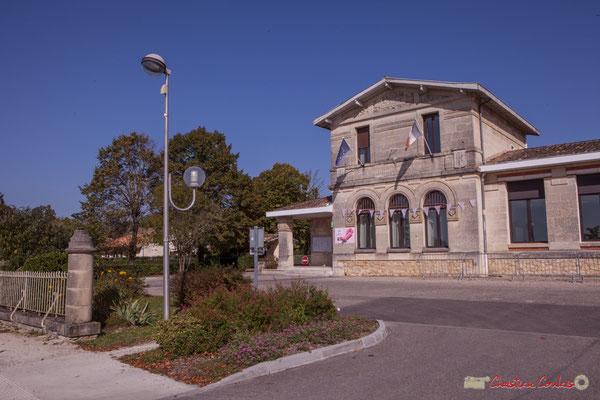 La Mairie-Ecole de 1902 intègre un corps de bâtiment de Mairie-Ecole de 1860. Avenue de Bordeaux, Cénac, Gironde. 16/10/2017