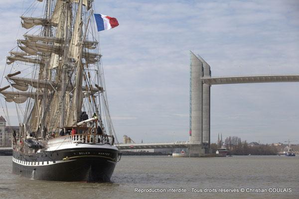 Les pylônes, en acier, du pont Chaban-Delmas, présentent une hauteur de 77 mètres. Ils permettront un tirant d'air similaire à celui du pont d'Aquitaine en position haute, soit 55 mètres au-dessus du lit de la Garonne. Bordeaux, samedi 16 mars 2013
