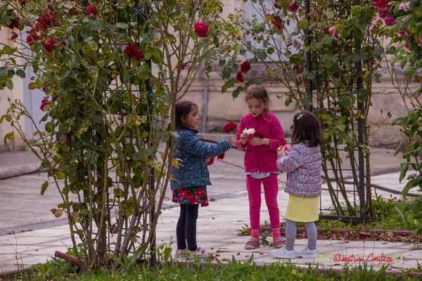 Pause repas & amusement floral pour ces 3 jeunes filles. Festival JAZZ360, Parc du Château de Pomarède, Langoiran. 06/06/2019