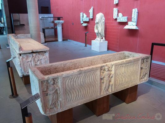 Au début du IIe siècle, l'inhumation s'impose pour devenir exclusive. Les plus riches romains font déposer leurs cendres dans des urnes précieuses. Par la suite, ils sont inhumés dans des sarcophages sculptés et placés parfois dans des mausolées