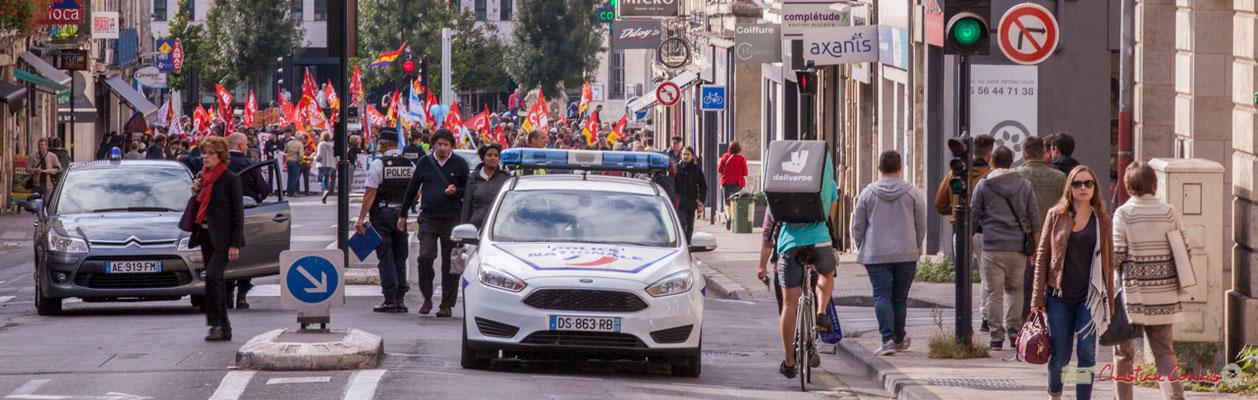 """""""Tandis que le fonctionnaire manifeste, le précaire livre"""" Manifestation intersyndicale de la Fonction publique, rue du Docteur Nancel Pénard, Bordeaux. 10/10/2017"""