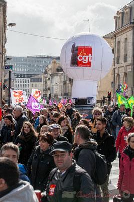 14h44, fourgonnette-sono-ballon, l'Union locale de la CGT Haute-Gironde aborde la place Gambetta, Bordeaux