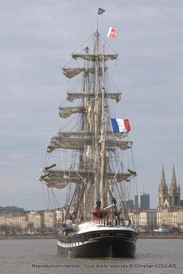 F Le Belem poursuit sa voix navigable vers les quais ou l'attendent des milliers de spectateurs. Bordeaux, samedi 16 mars 2015
