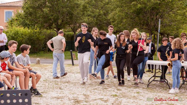 """Le groupe d'élèves de la 3ème Jazz du collège de Monségur s'élarfit pour danser le """"sirtaki"""". Festival JAZZ360 2018, Cénac. 08/06/2018"""