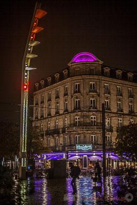 Extérieur nuit, sous la pluie, Hôtel du Faisan, rue Charles Domercq, cours de la Marne, Bordeaux