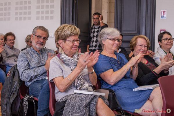 """La salle applaudit chaleureusement ce beau récit. Françoise Cartron. Sortie et dédicace du livre """"Le jour où..."""" de Jean-Marie Darmian, Créon. 14/10/2017"""