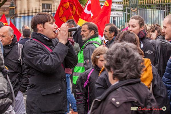 10h40 Camille, l'infatigable militante SUD Solidaires qui d'un bout à l'autre du cortège scande les slogans. Chapeau ! Cours d'Albret, Bordeaux. 01/05/2018
