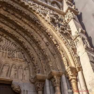 El portal evoca el juicio final, también muestra escenas del Antiguo y Nuevo Testamento, animales monstruosos, leyendas y diferentes clases de la sociedad medieval, Sangüesa, Navarra