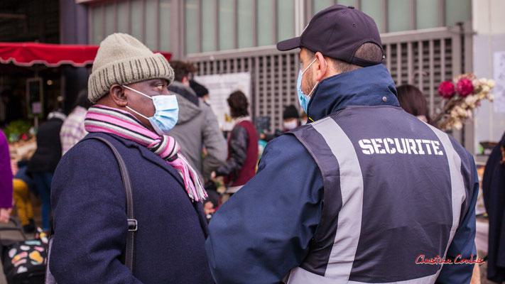 """""""Et sinon la famille ?"""" Marché des Capucins, Bordeaux. Samedi 6 mars 2021. Photographie © Christian Coulais"""