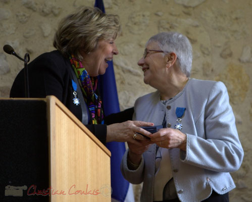 Complicités. Françoise Cartron, Vice-présidente du Sénat remet à Suzette Grel la Médaille d'Or du Sénat. 7 février 2015, Le Pout
