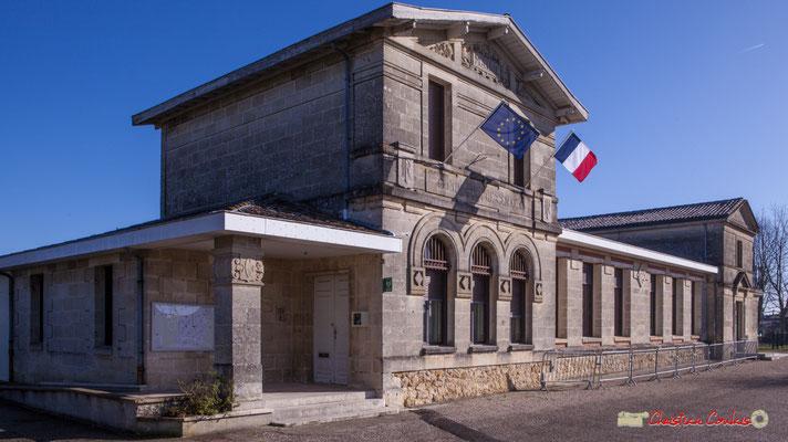 La Mairie-Ecole de 1902 intègre un corps de bâtiment de Mairie-Ecole de 1860. Avenue de Bordeaux, Cénac, Gironde. 13/01/2018