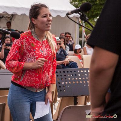 Pauline Laffont, directrice de l'école de Cénac, dirige  la chorale jazz, classe de CM2. Festival JAZZ360, Cénac. 08/06/2018
