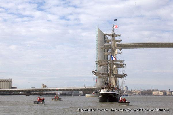 A Le Belem est en approche du pont Jacques Chaban-Delmas pour son inauguration. Le matelot termine le rangement des cordages du grand foc affalé. Gabare les Deux Frères, Bordeaux, samedi 16 mars 2015
