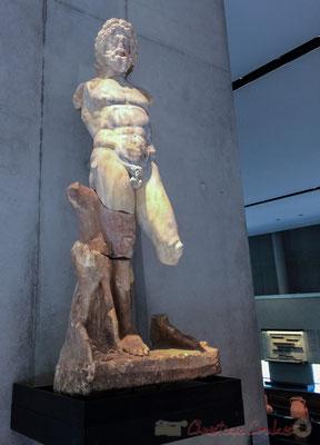Statue de Neptune. NUMINIBUS AUG(ustorum) N(ostrorum) (trium) HONORI CORPORIS RENUNCLARIORUM P(ublius) OE TRONIUS ASCLEPIADES DONUM DEDIT Aux divinités des 3 Augustes, en l'honneur de la corporation des renunclarii, Publius Petronius Asclepiades fit don