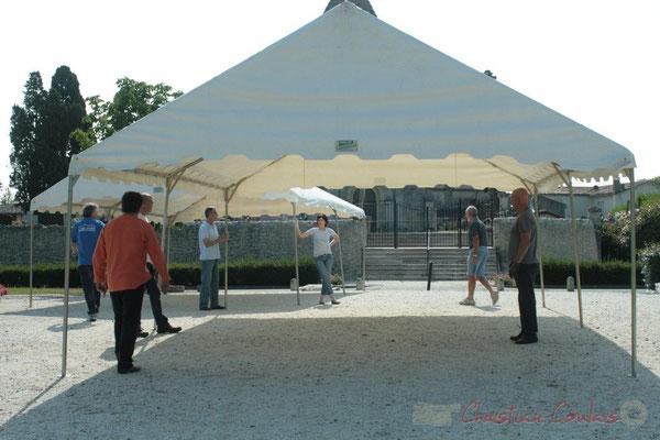 Installation des tentes par les bénévoles. Festival JAZZ360 2011, Les coulisses du Festival à Cénac. 03/06/2011