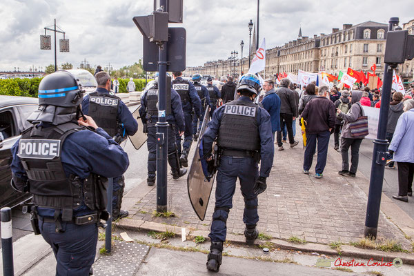11h45 La police borde le cortège sur quelques mètres...au niveau des militants la France insoumise, en fin de cortège. Quai Richelieu, Bordeaux. 01/05/2018