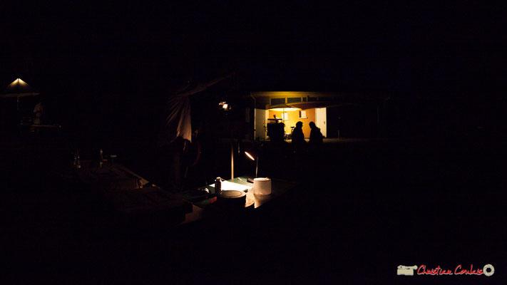 Seuls dans la nuit, le cliquetis du projecteur et la bande son se font entendre. Association Monoquini, cinéma plein air à Cénac. 06/07/2018