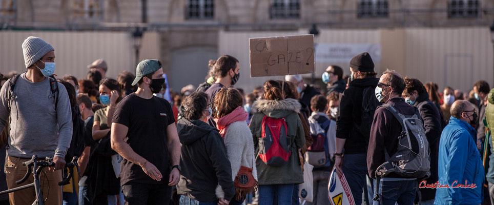 """""""ça gaze ?"""" Manifestation contre la loi Sécurité globale. Samedi 28 novembre 2020, place de la Bourse, Bordeaux. Photographie © Christian Coulais"""
