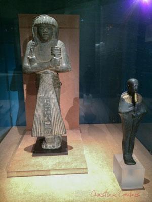 à droite, statuette de Ptah. Bronze, or. Provenance inconnue. Basse époque, probablement XXVIème dynastie (663-525 av. J.-C.) Musée d'Archéologie méditérannéenne,  Marseille. Considéré comme le créateur du monde par la pensée puis la parole
