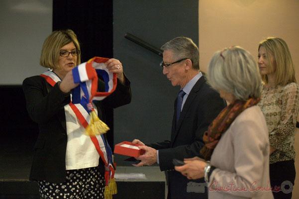"""Catherine Veyssy passe l'écharpe """"Maire honoraire"""" à Gérard Pointet; Honorariat des anciens Maires de Cénac, vendredi 3 avril 2015"""