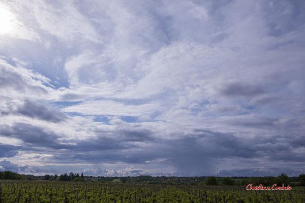 Ciels et nuages, dimanche 19 avril 2020, 17h53, le Garde, Cénac. Photographie : Christian Coulais / 27mm