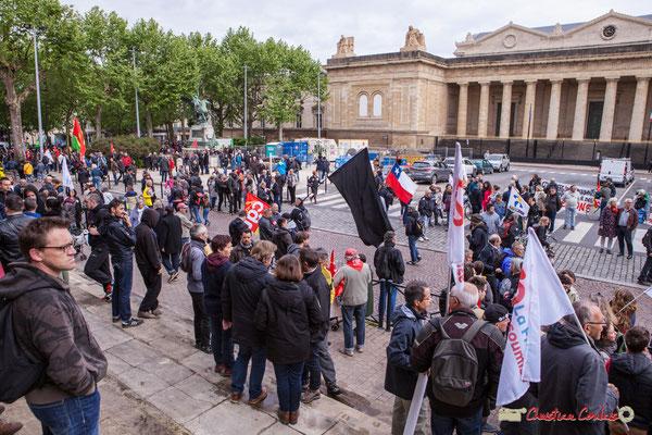 10h06 Arrivée remarquée des mouvements anarchistes, place de la République, Bordeaux. 01/05/2018