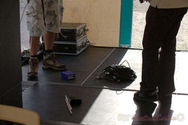 Rangement du matériel de sonorisation après le Big Band Jazz du Collège Eléonore de Provence. Festival JAZZ360 2012, Cénac, 08/06/2012