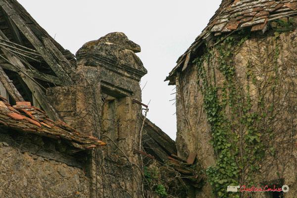 Ouverture pour accèder au grenier du bâtiment principal, dont l'accès se faisait par l'escalier en vis logé dans la tour octogonale. Château de Montignac, Cénac. 02/03/2008