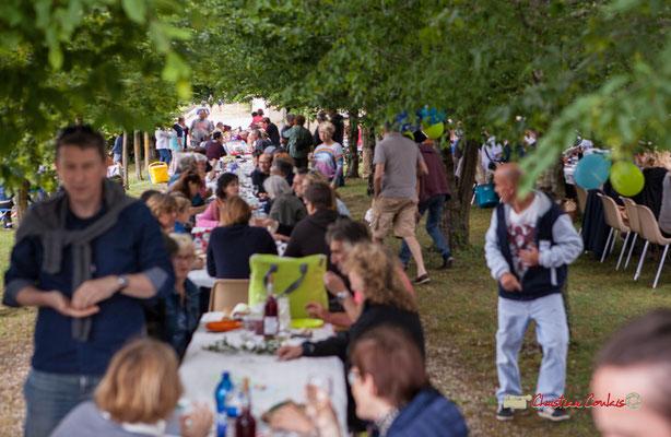 Les convives sont installés, reste à tirer du sac son repas. Pique-nique vigneron avec Nicolas Saez Quartet, Festival JAZZ360 2019, Château Duplessy, Cénac, lundi 10 juin 2019