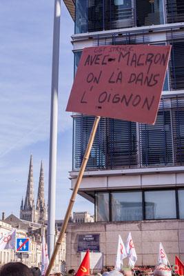 """CGT Stryker """"Avec Macron on l'a dans l'oignon"""". Manifestation intersyndicale contre les réformes libérales de Macron. Cours d'Albret, Bordeaux, 16/11/2017"""