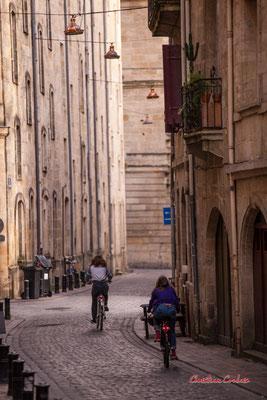 Rue de la Tour du pin, médiévale, simple, les maisons semblent misérables à côté du luxe de la place Bir-Hakeim, il n'y a pas de décorations sur les murs. 28/11/2020, Bordeaux. Photographie © Christian Coulais