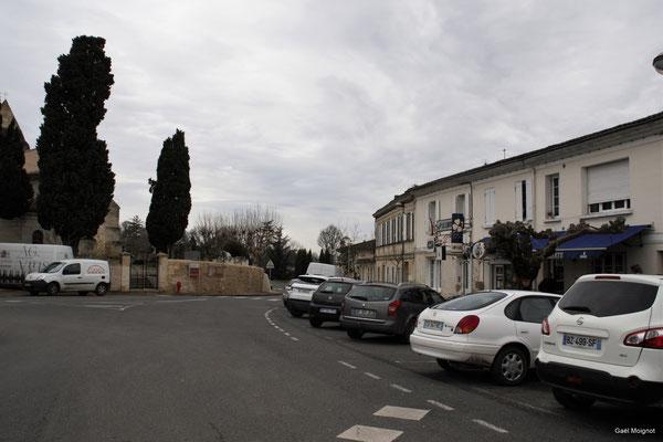 La place du bourg et le bar Le Liberté par Gaël Moignot. Cénac d'aujourd'hui. 13/01/2018
