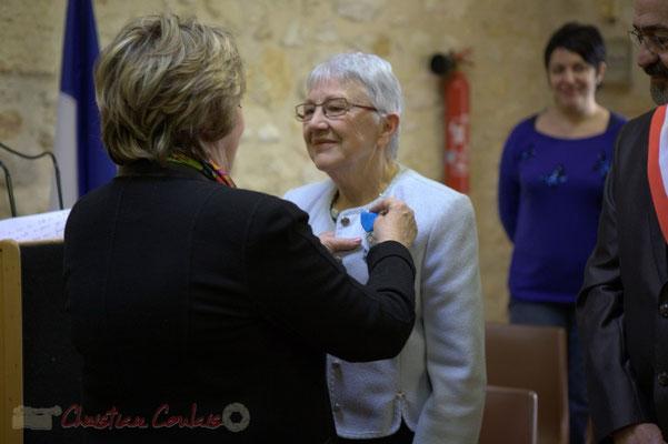 Françoise Cartron épingle la Médaille de l'Ordre national du Mérite à Suzette Grel, ce 7 février 2015 à Le Pout